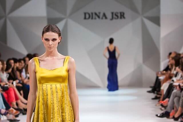 Un défilé de mode, facette rayonnante et déformée de l'univers de la création de marque.